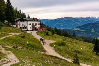 Gaudeamushütte, Wanderer auf dem Weg zur Hütte